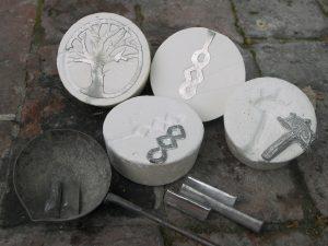 Fibeln, Riemenzungen und Amulette